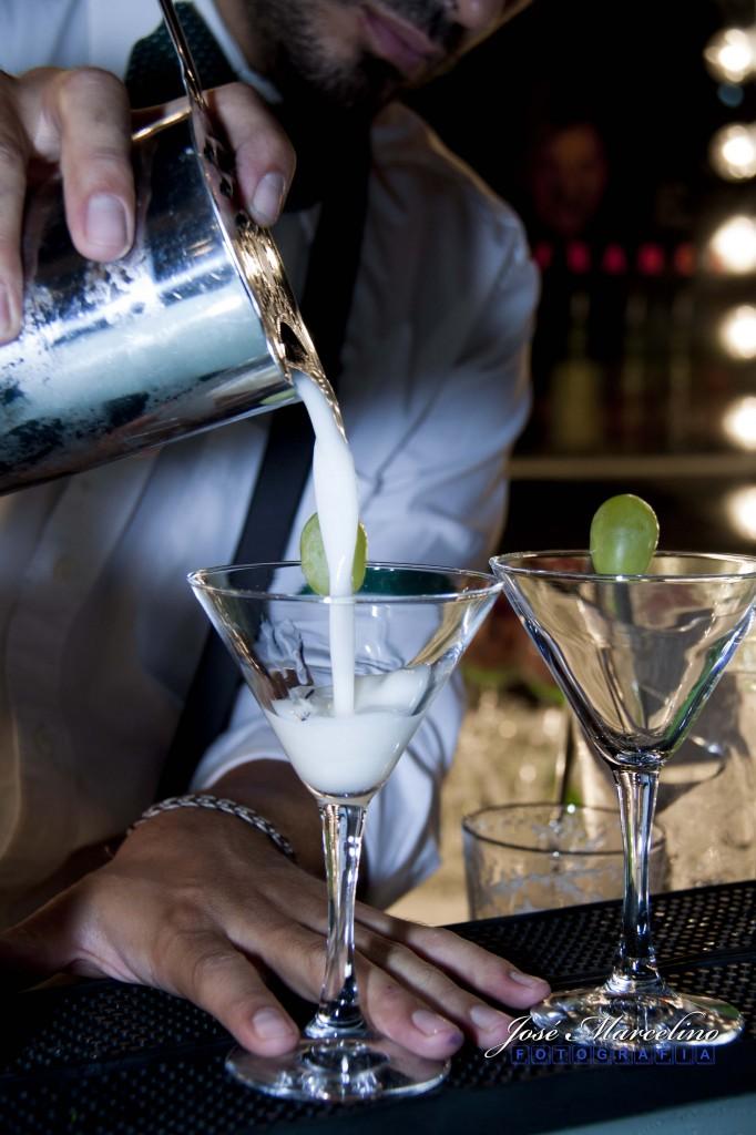 Bartender  preparando Cocktails Gvine