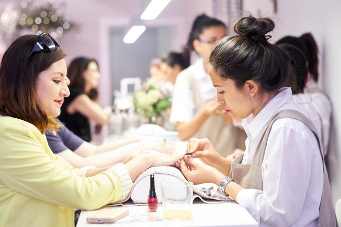 Esmaltes con tratamiento cuidado de uñas